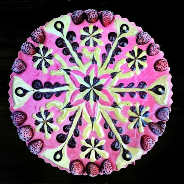veganer kuchen mandala symmetrie blumen frische erdbeeren