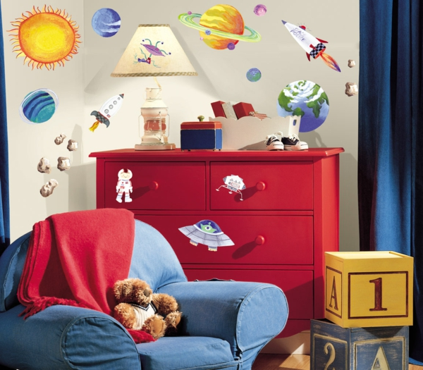 wandtattoos kinderzimmer rote kommode blaues sofa