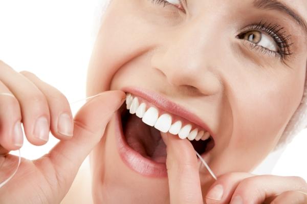 weißere zähne bekommen zahnseide benutzen