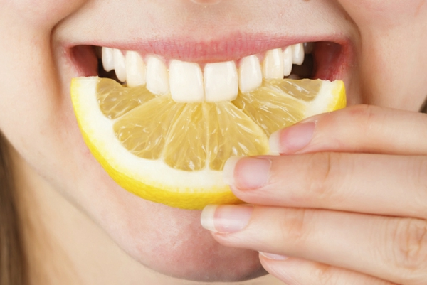 weißere zähne bekommen zitronen essen schalen