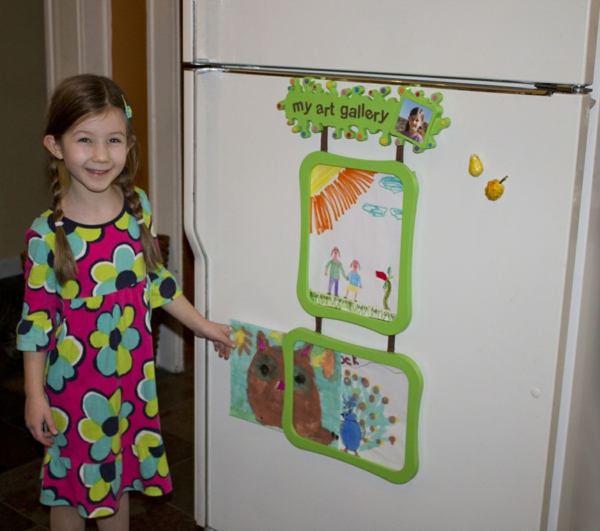 DIY Deko Kinderzeichnungen an der kühlschranktür