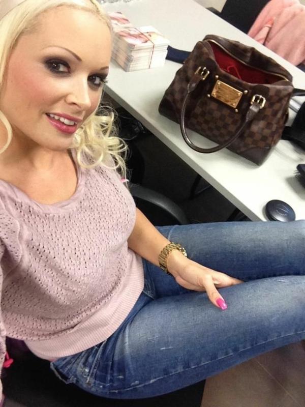 Daniela Katzenberger selfie rosa bluse