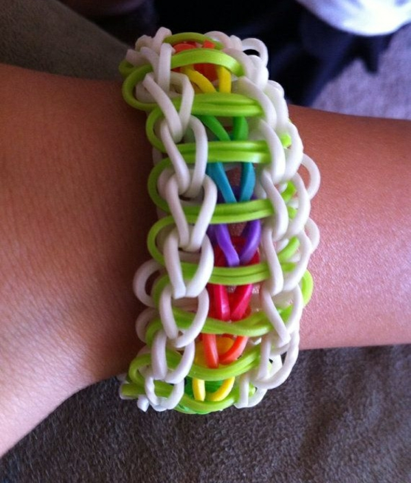 Gummiarmbänder bunt farbenfroh armbände flechten gummibänder