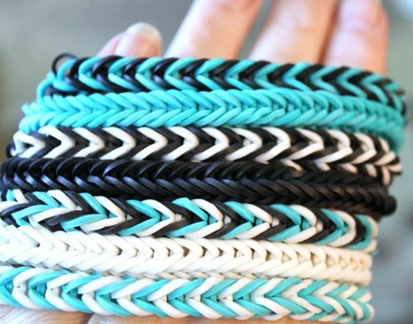 Gummiarmbänder schwarz weiß mit blau armbänder flechten ideen