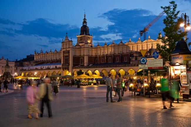 Krakau Polen sehenswürdigkeiten besichtigen hauptplatz nachtsüber