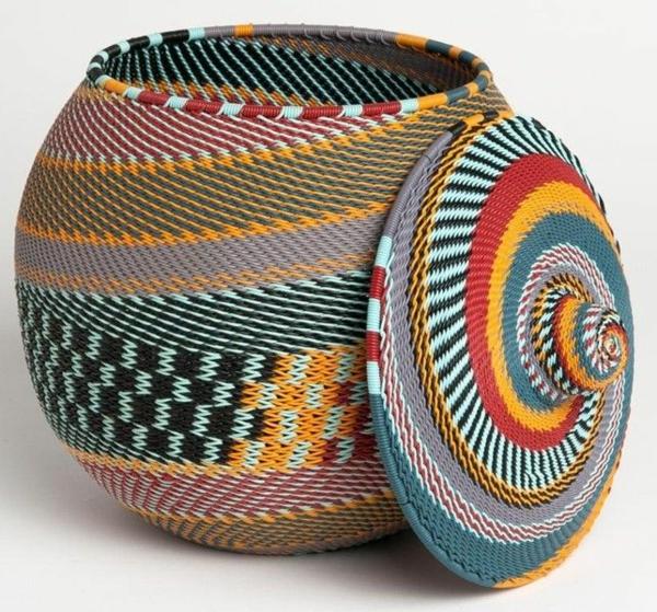 afrika deko korb mit bunten afrikanischem mustern