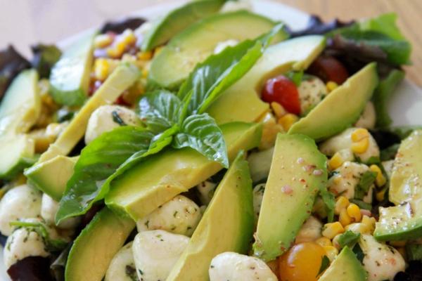 avocado rezepte frischer salat mozzarella mais basilikum