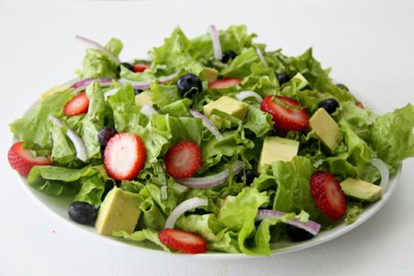 avocado rezepte frischer salat sommer erdbeeren oliven