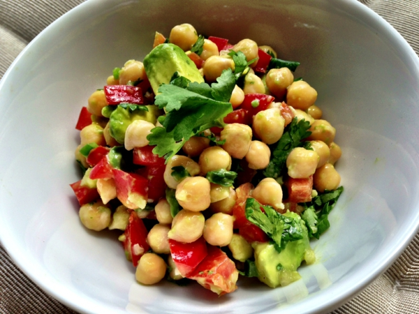 avocado-rezepte-sommersalat-frisch-kichererbsen-tomaten