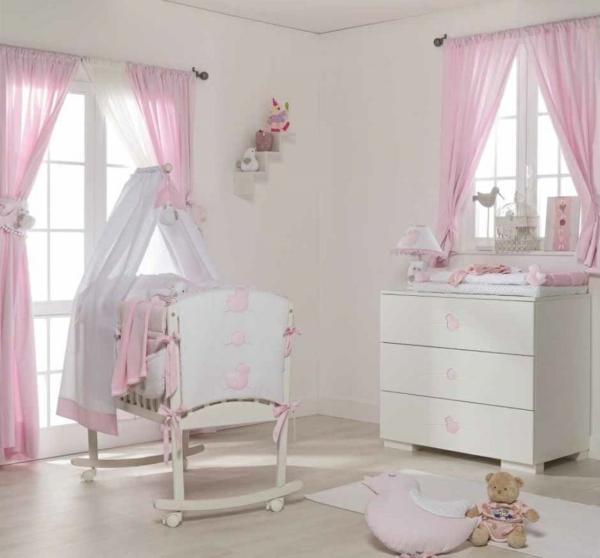 babybetten himmel kommode rosa gardinen