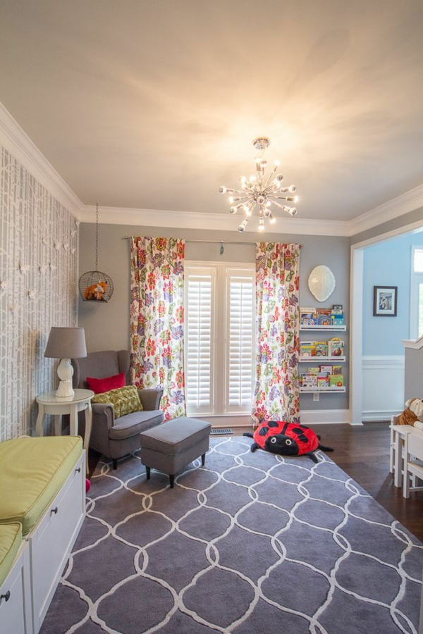 babyzimmer teppich figurenmuster weiß grau frische gardinen