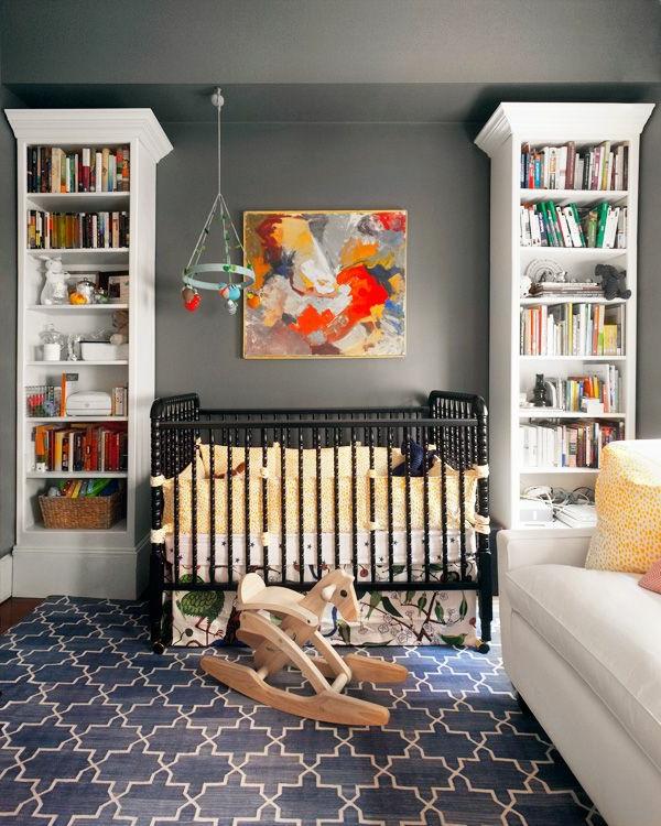 babyzimmer teppich muster figuren dunkles design hellgraue wandfarbe