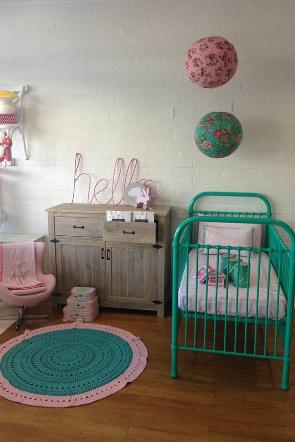 babyzimmer teppich rundes frisches design grünes gitterbett ziegelwand
