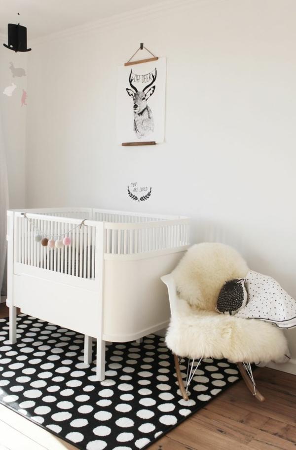 babyzimmer teppich schwarz weiße punkte weißes gitterbett