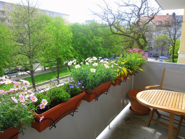 balkonbepflanzung balkon gestalten pflanzen funktionelle blumentöpfe