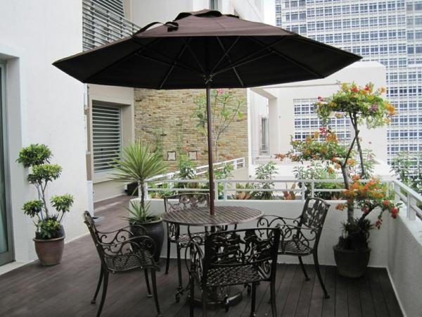 balkonbepflanzung eleganter balkon balkonmöbel sonnenschirm