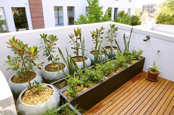 balkonbepflanzung große pflanzenbehälter holzboden