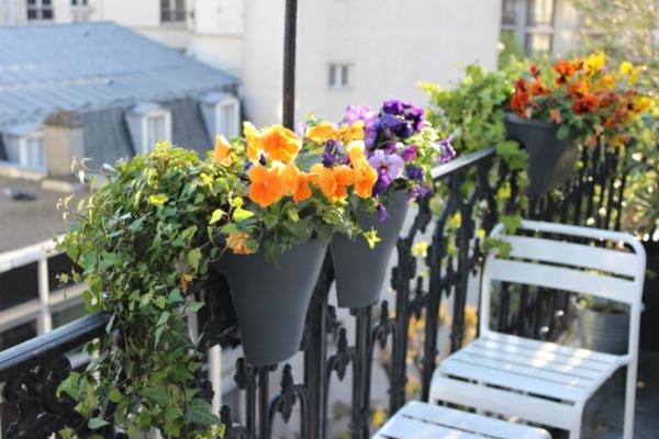 balkonbepflanzung ideen bunte farben weiße balkonmöbel