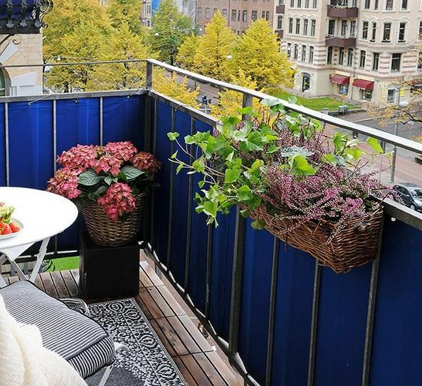 balkonbepflanzung ideen balkon gestalten runder balkontisch