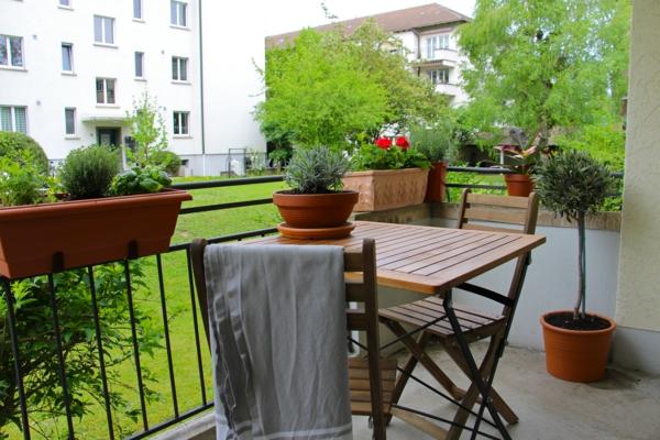 balkonbepflanzung klappbarer balkontisch balkonmöbel