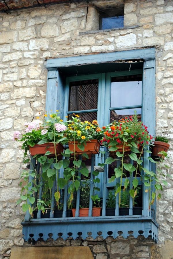 balkonbepflanzung ideen balkon blumen fassade ziegel