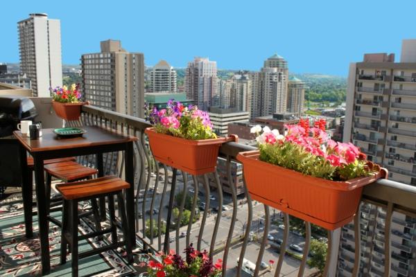 balkonbepflanzung balkonmöbel am balkongeländer befestigte blumentöpfe
