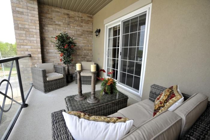 balkongestaltung außenmöbel rattanmöbel weißes sofa pflanzen