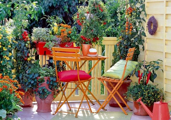 balkongestaltung farbige pflanzen klappbare stühle