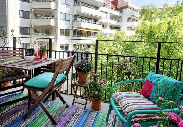 balkongestaltung ideen farbiger teppichläufer klappbare außenmöbel