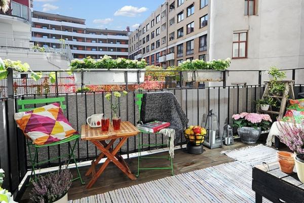balkongestaltung ideen grüne stühle klappbarer tisch pflanzen