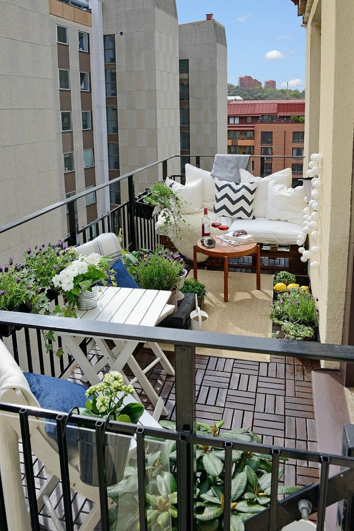 balkongestaltung ideen holzfliesen pflanzen balkonmöbel