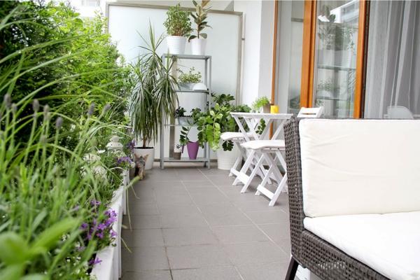 balkongestaltung ideen weiße außenmöbel pflanzen