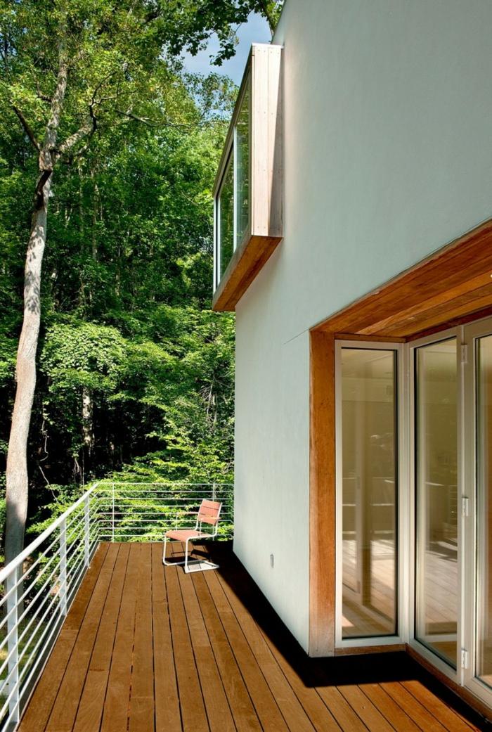 balkongestaltung minimalistisch stuhl weißes geländer