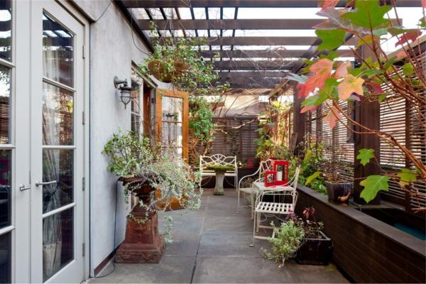 balkongestaltung schöne ideen pflanzen weiße möbel