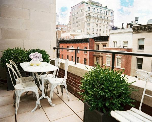 balkongestaltung vintage balkonmöbel pflanzen