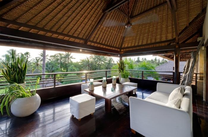 balkongestaltung weiße außenmöbel elegantes design pflanzen