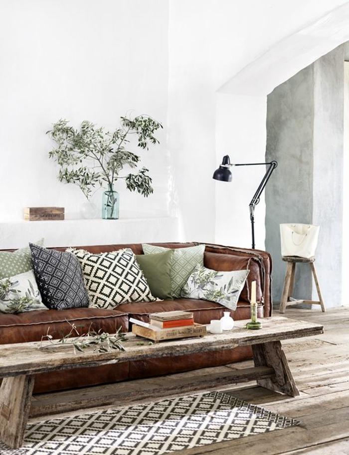dekokissen wohnzimmer dekoideen rustikaler couchtisch teppichläufer pflanze