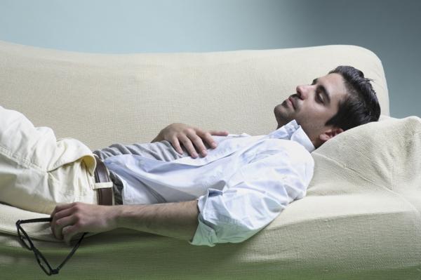 gesunder schlaf sich erholen sofa mann
