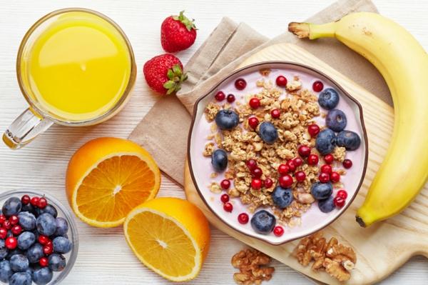 gesunde frühstücksideen zitrusfrüchte bananen beeren müsli