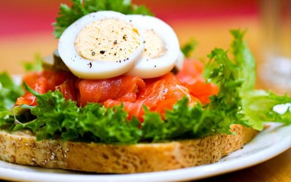 gesunde frühstücksideen dinkelbrot lachs eier