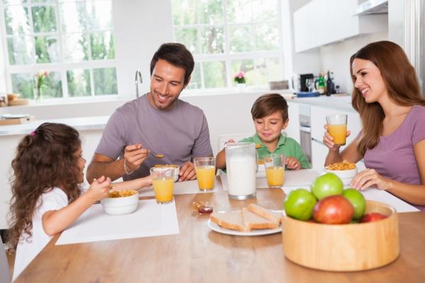 gesunde frühstücksideen familienfrühstück müsli säfte milch