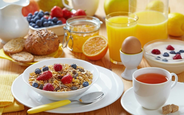 gesunde frühstücksideen frische früchte vollkornbrötchen säfte müsli