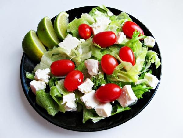 gesunde frühstücksideen grüner salat tomaten limette feta