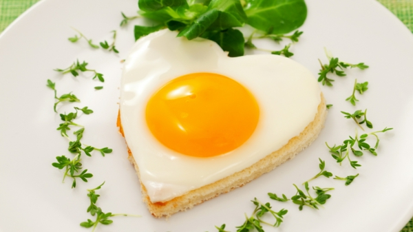 gesunde frühstücksideen spiegelei grüner salat