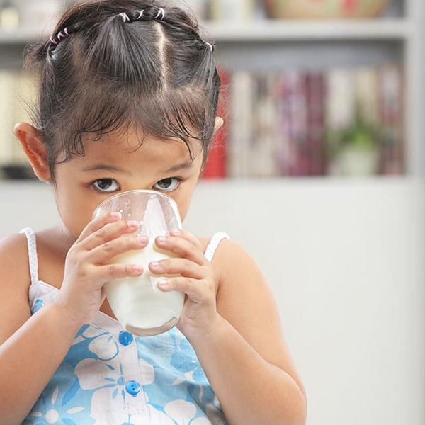 gesunder körper kinder kleines mädchen milch trinken