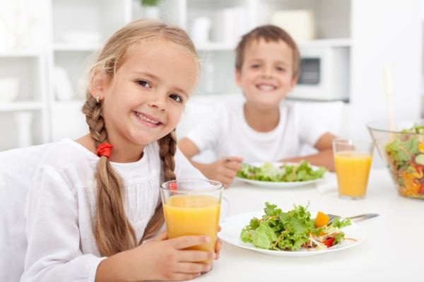 gesunder körper kinder salat essen saft trinken