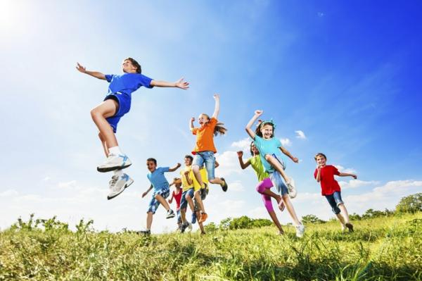 gesunder körper kinder springend in der natur