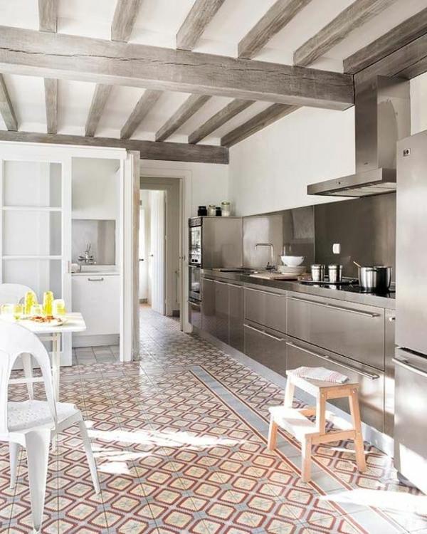 wohnung gestalten ideen küche balkendecke hocker weiße möbel
