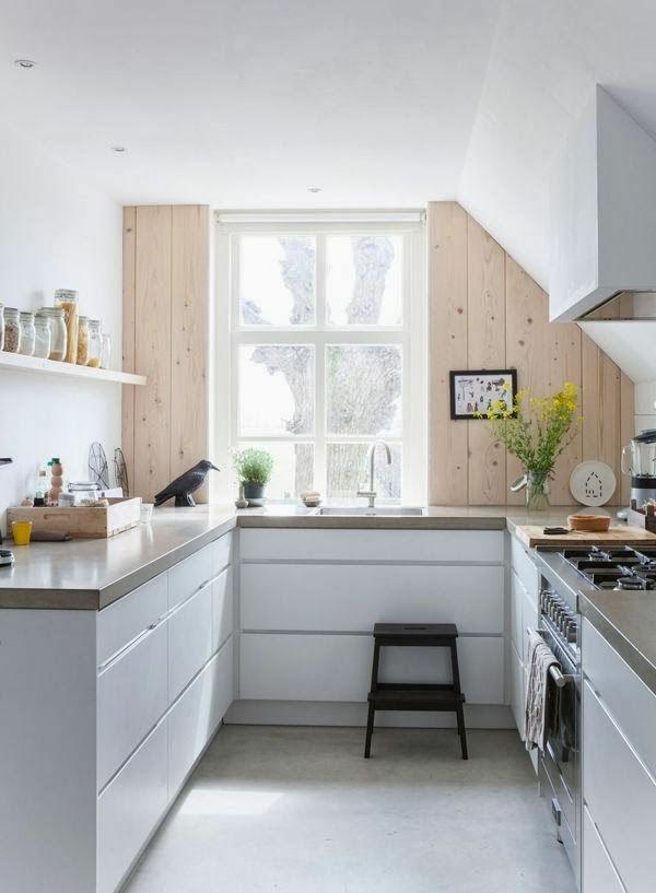 küchenideen kleine küche gestalten pflanzen schöne akzentwand holz