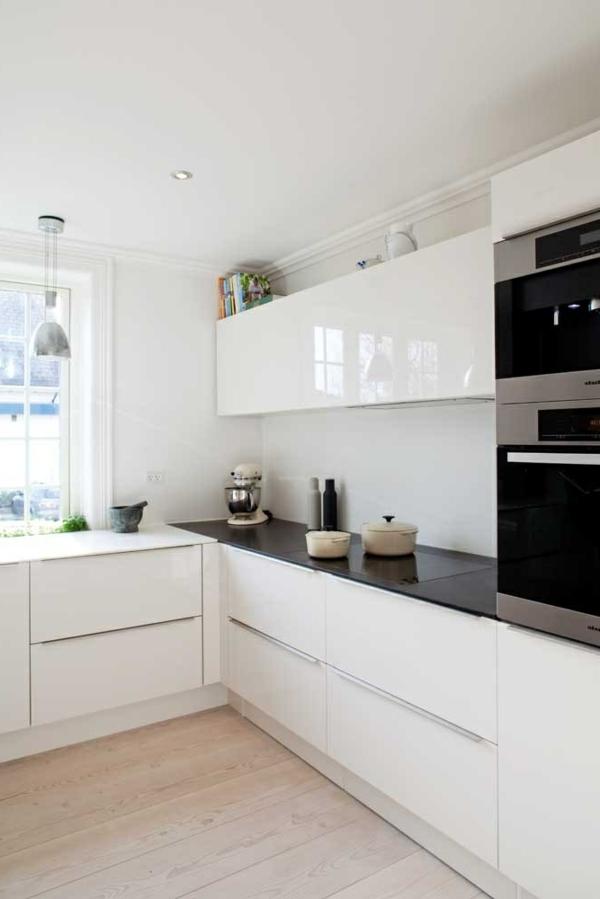 küchenideen weiße einrichtung deckenbeleuchtung schwarze arbeitsoberfläche